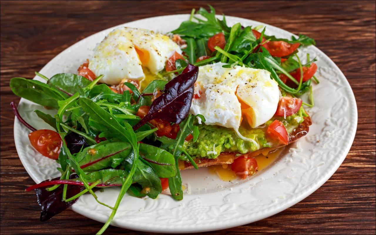 Blattsalat mit frittiertem Ei