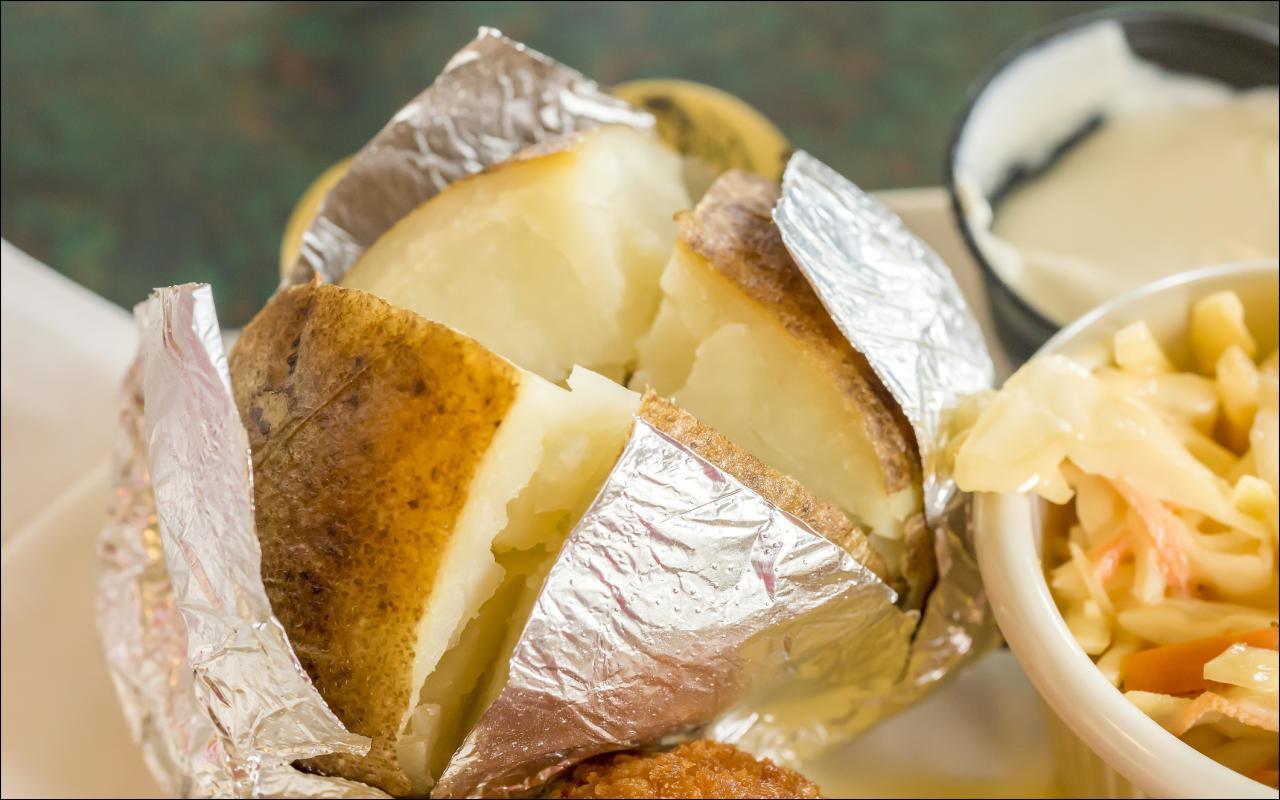 Backkartoffeln mit Zwiebeln und Schafskäse